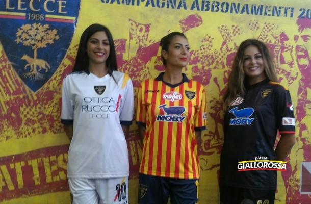Enrica, Alessandra e Greta indossano le nuove maglie del Lecce