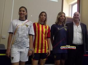Maglie 2018-19, le tre modelle insieme a ìl vicepresidente Corrado Liguori