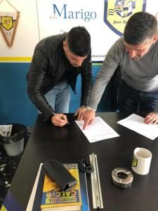 Il momento della firma, foto del profilo facebook di Torromino