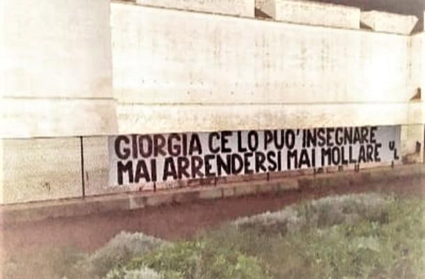 Lo striscione nel cuore della città per Giorgia