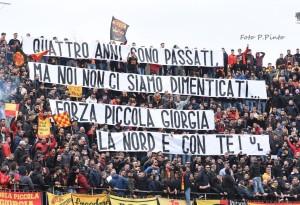 Lo striscione della Nord per Giorgia in Lecce - Carpi 4-1 (Foto P.Pinto)